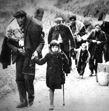 Família republicana creuant el Coll d'Ares (Ripollès-Vallespir). Foto André Alis / Arxiu La Retirada.