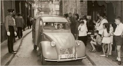 Carrer regomir, benedicció de vehicles per Sant Cristòfor. Font: Arxiu Fotogràfic del Barri Gòtic