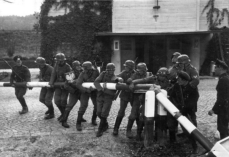 Soldats de la Wehrmacht alemanya retirant la barrera frontererà amb Polònia, 1 de setembre de 1939